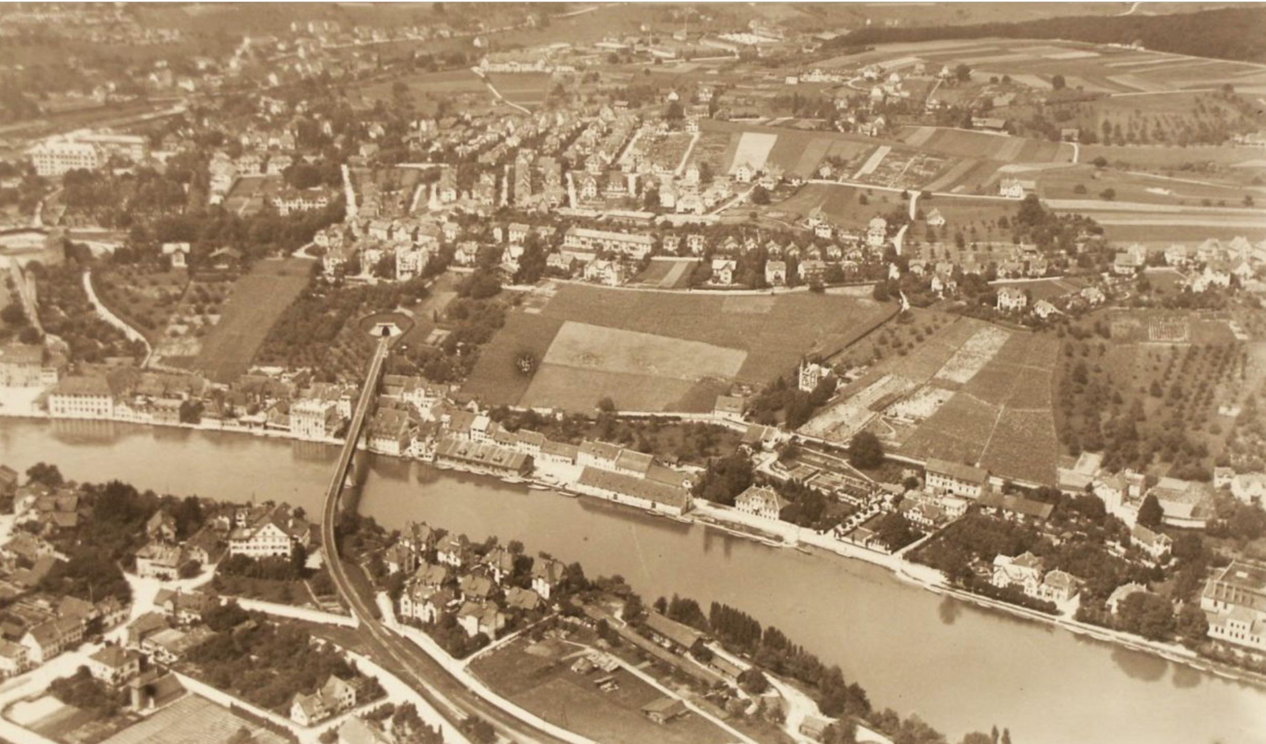 Flugaufnahme von 1921. 1897 entscheidet das Bundesgericht, dass der ganze Rhein zum Kantonsgebiet Schaffhausens gehört.