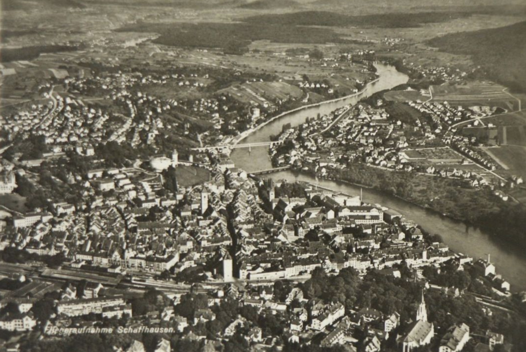 Flugaufnahme von Schaffhausen und Feuerthalen 1942. Die Bedrohung durch Frontisten in Feuerthalen und Schaffhausen fördert 1935 den Zusammenschluss der SP und der KPO zur Sozialistischen Arbeiterpartei.