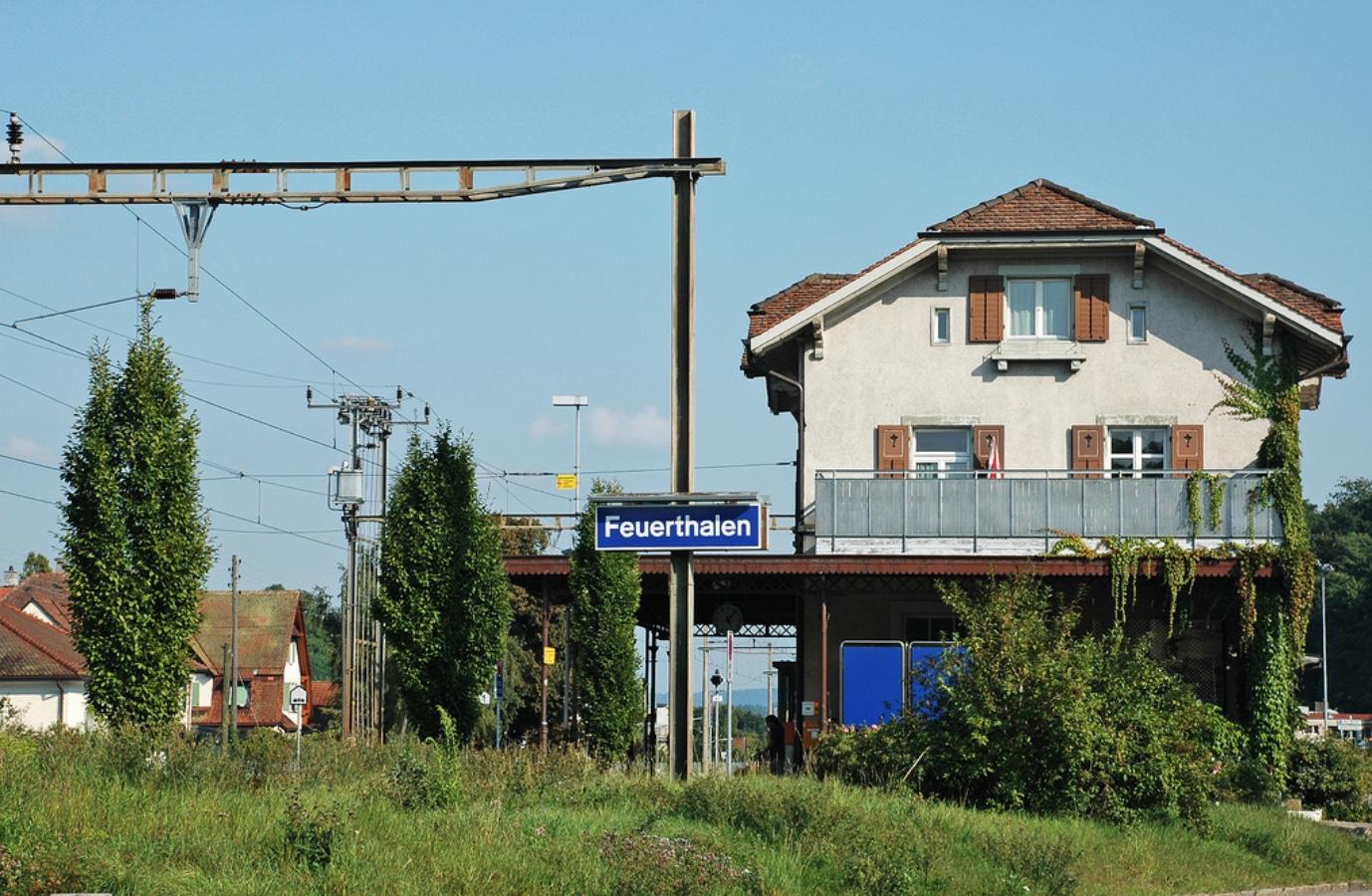 2001 stellt die Mittelthurgaubahn die persönliche Bedienung beim Bahnhof Feuerthalen ein