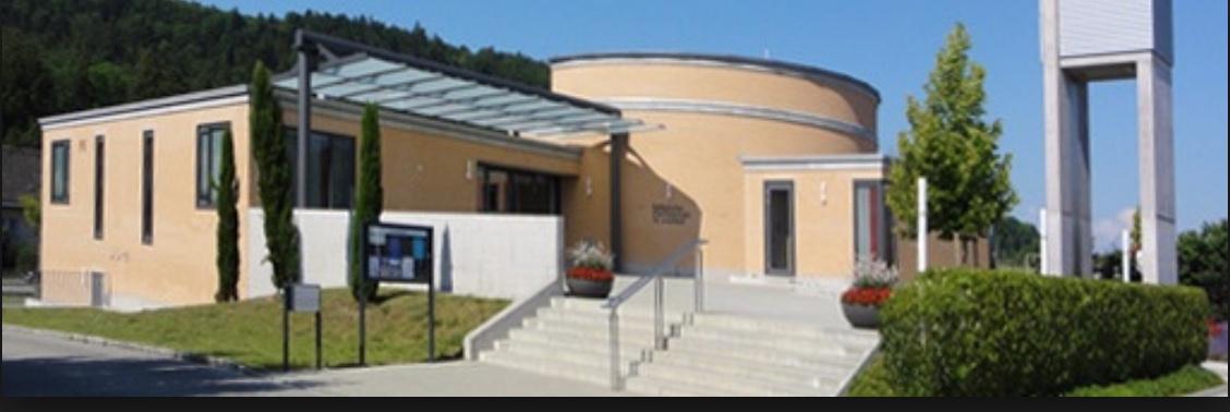 2006 ersetzt das neue Kirchenzentrum St. Leonhard die alte, provisorische Holzkirche